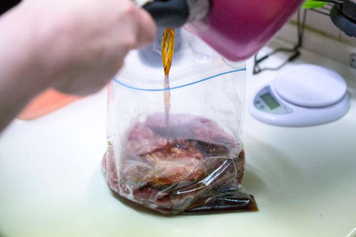 肉をジップロックに入れて、ソミュール液投入