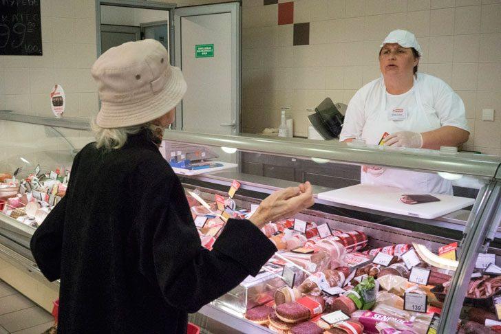 セルビアのスーパーマーケットで量り売りの交渉