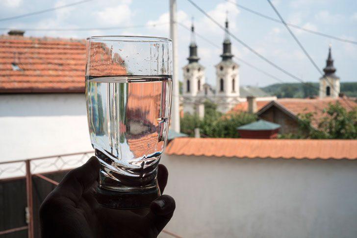 セルビアの街並みを背景に水道水