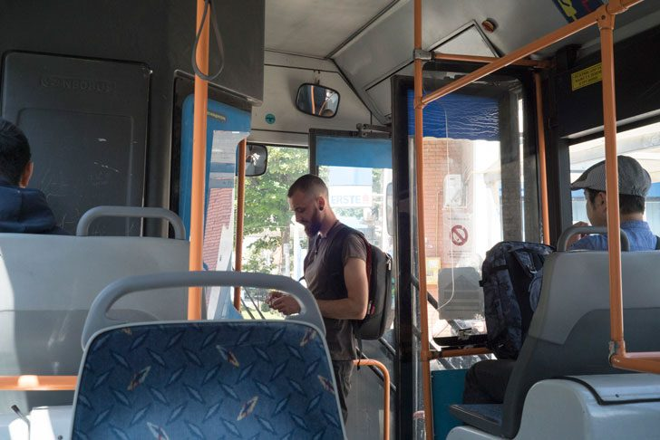 バスは前から乗り込む