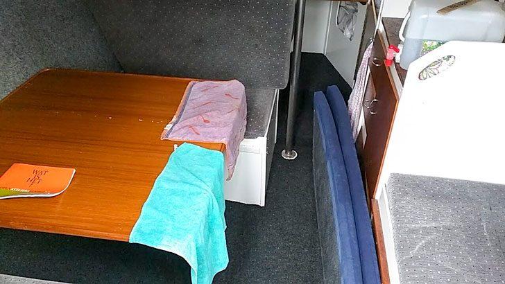 船の中の机