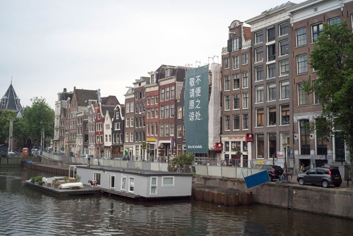 アムステルダムの運河に浮かぶボートハウス