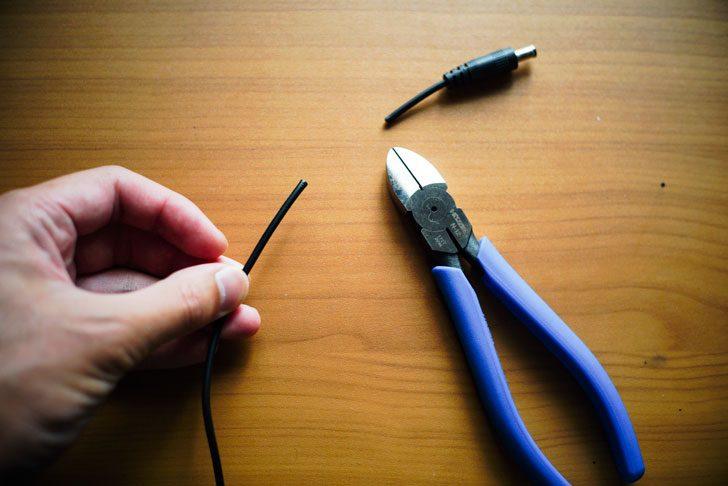 ニッパーでプラグ部分の電線ごと切断