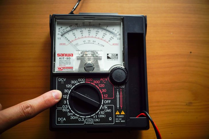 アナログマルチメーターのDCレンジ30Vを指定