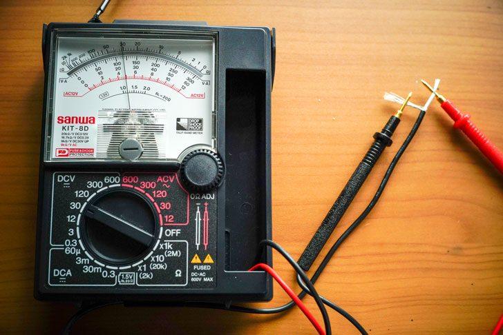 アナログマルチメーターで極性確認