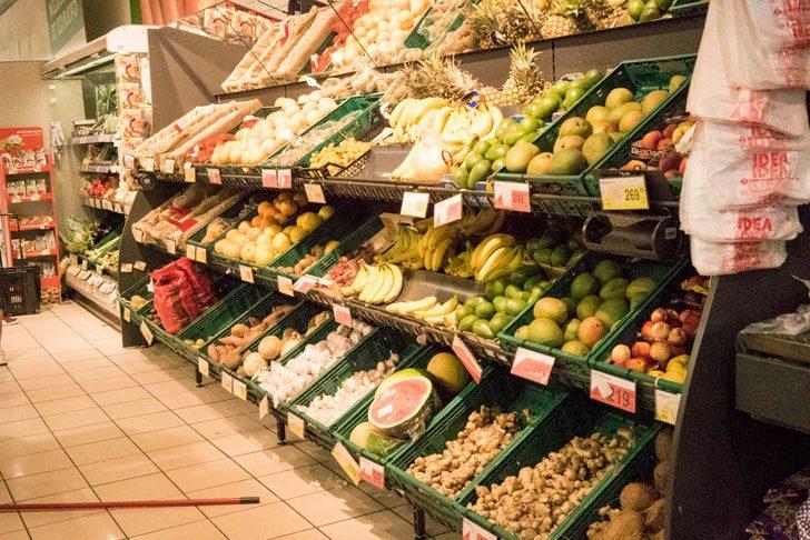 スーパーマーケットの野菜・果物売り場