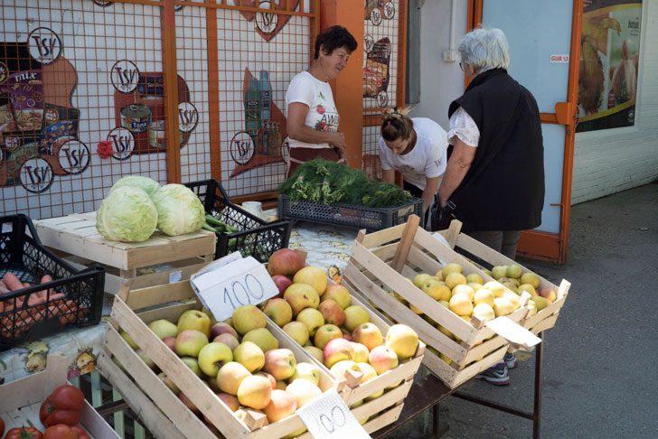 セルビアの市場風景