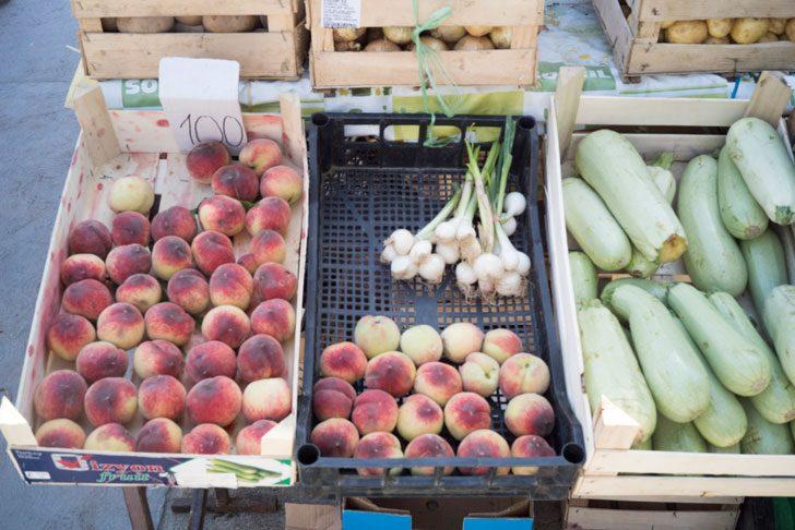 市場で売られている桃