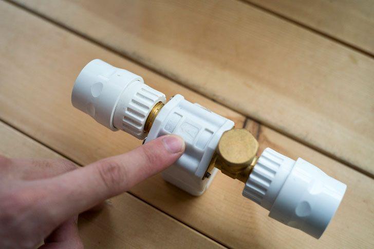 電磁弁にある水が流れる方向のマーク